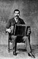 Giovanni Anconetani tocando el acordeón