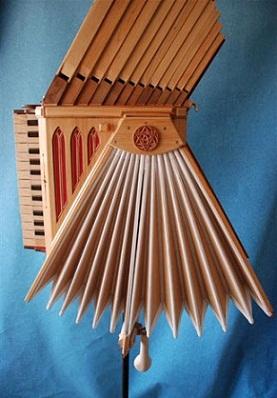 """Replica de la """"fisarmonica"""" de Leonardo Da Vinci"""